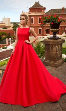 Закрытое свадебное платье с царственным А-силуэтом, воплощенное в плотной алой ткани.