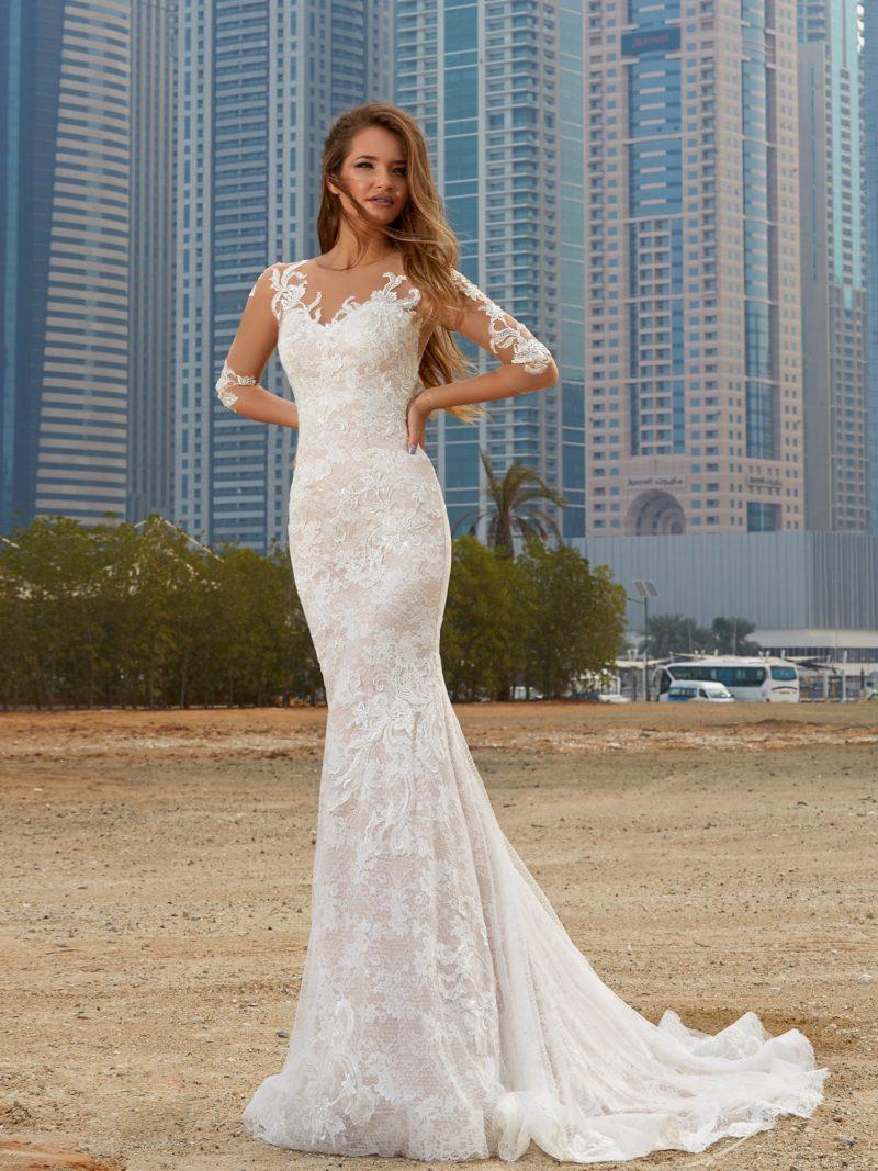 Облегающее свадебное платье с длинным рукавом, полностью покрытое слоем кружева.