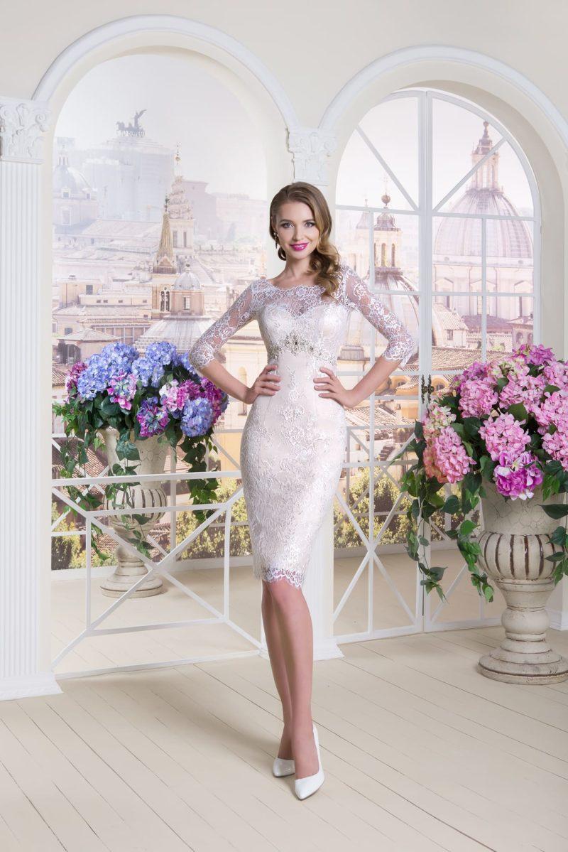 Короткое свадебное платье-футляр с длинным рукавом из тонкого кружева.
