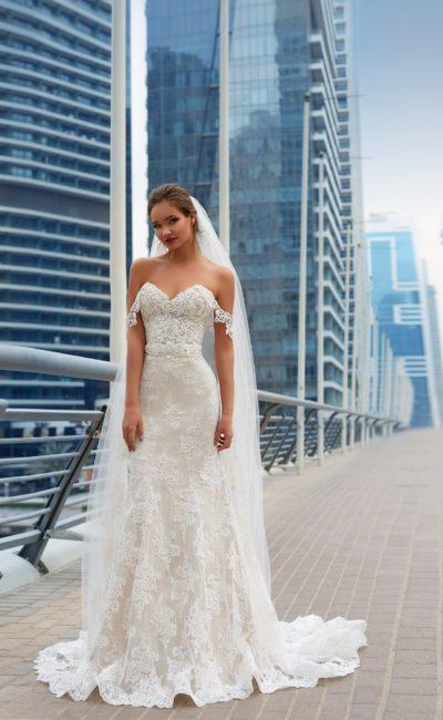 Женственное свадебное платье с кружевной отделкой и бретелями на предплечьях.