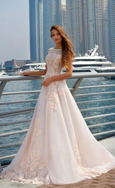 Очаровательное свадебное платье белого цвета с розовой отделкой по юбке и лифу.