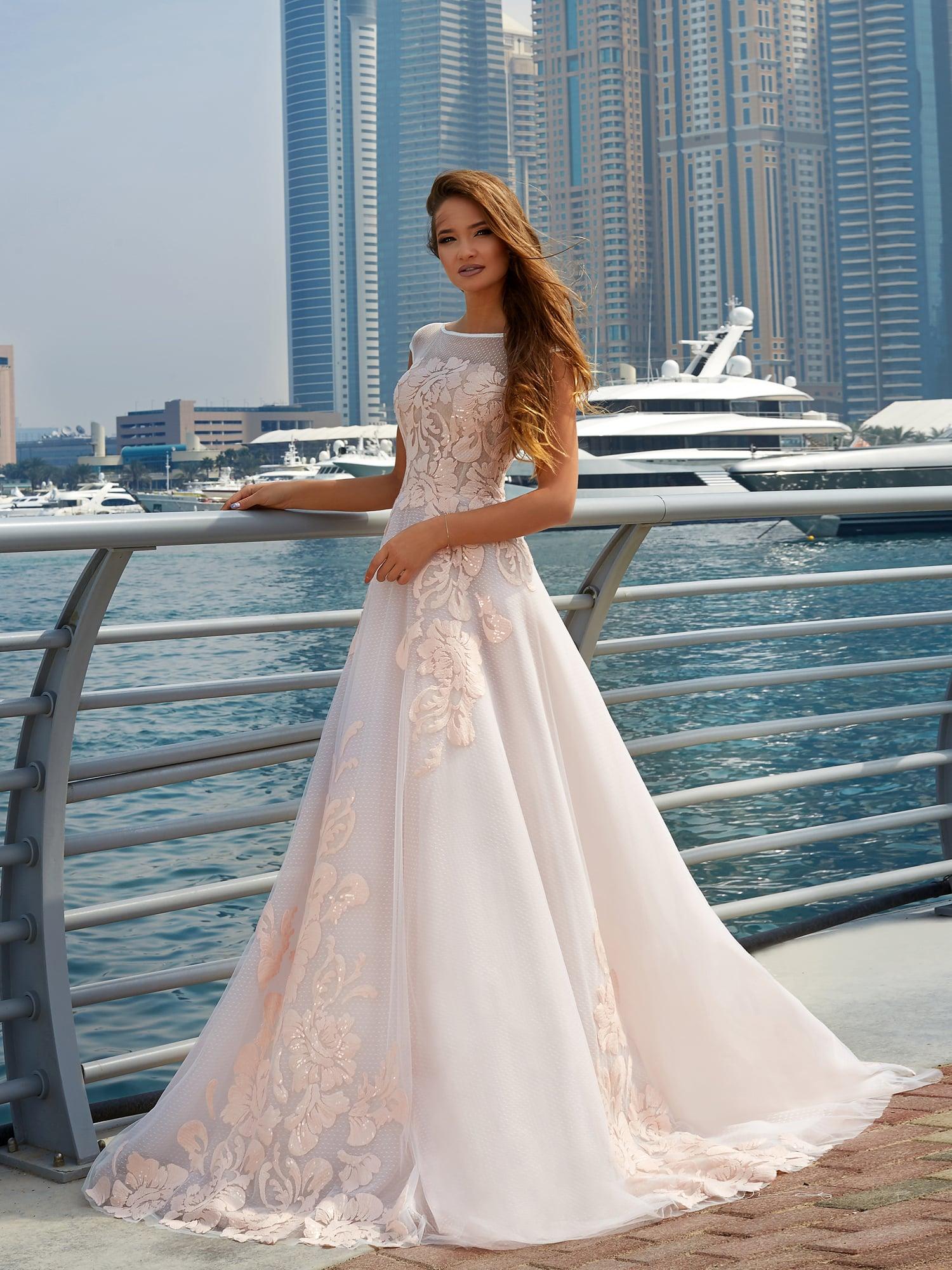 ffe230b619a Очаровательное свадебное платье белого цвета с розовой отделкой по юбке и  лифу.