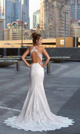 Прямое свадебное платье с эффектным кружевным декором и открытой спинкой.