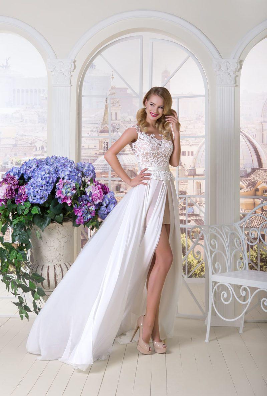 свадебное платье с ажурным декором и белой верхней юбкой из шифона.