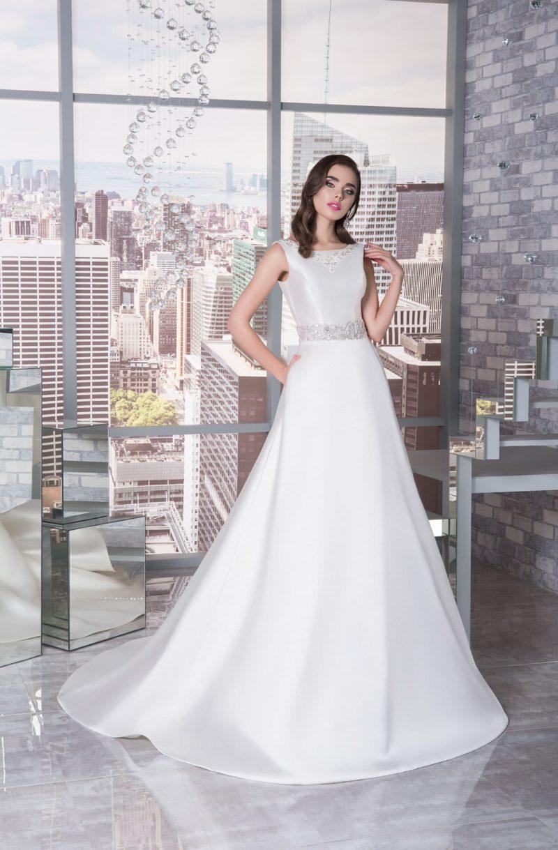 Атласное свадебное платье с закрытым лифом и нежной бисерной вышивкой корсета.