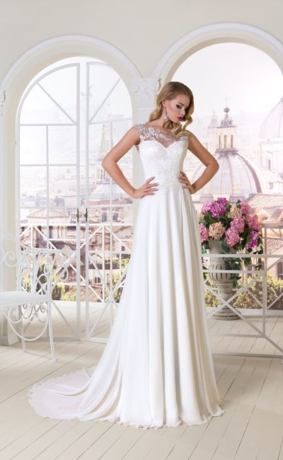 Прямое свадебное платье с кружевной вставкой над лифом в форме сердечка.