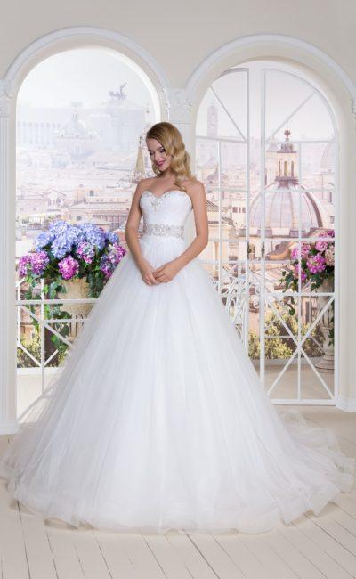 Открытое свадебное платье с многослойной юбкой и бисерным декором декольте.