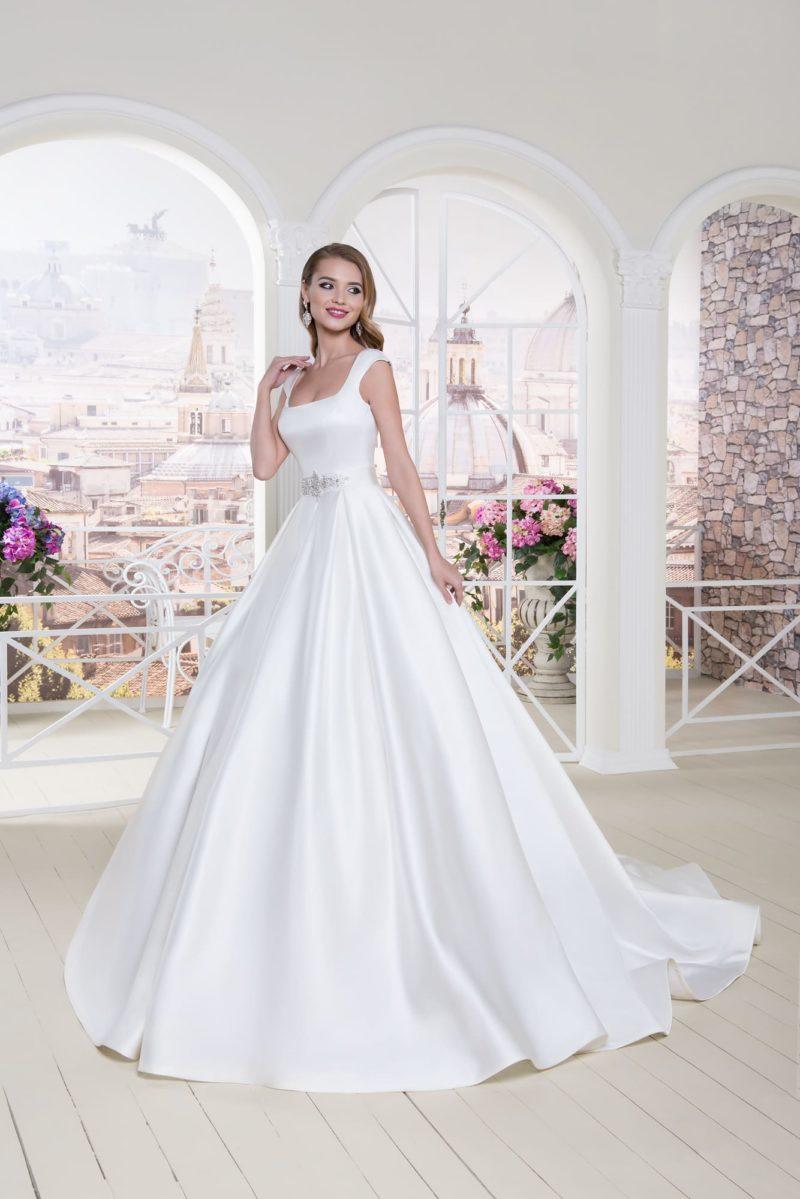 Атласное свадебное платье с широкими бретелями и объемной вышивкой на талии.