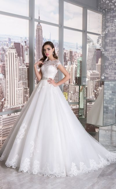 Романтичное свадебное платье «принцесса» с узким поясом, украшенным бисером.