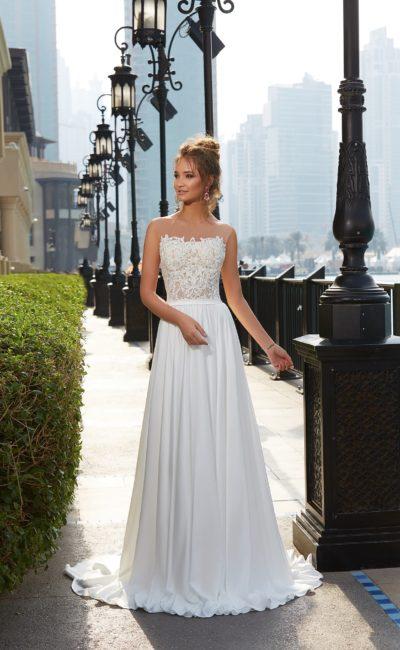 Прямое свадебное платье с изящным открытым лифом из кружева на бежевой подкладке.
