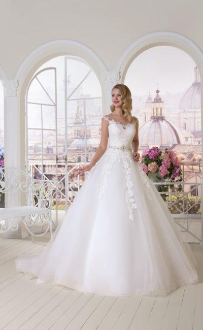 Очаровательное свадебное платье «трапеция» с кружевным декором по корсету.