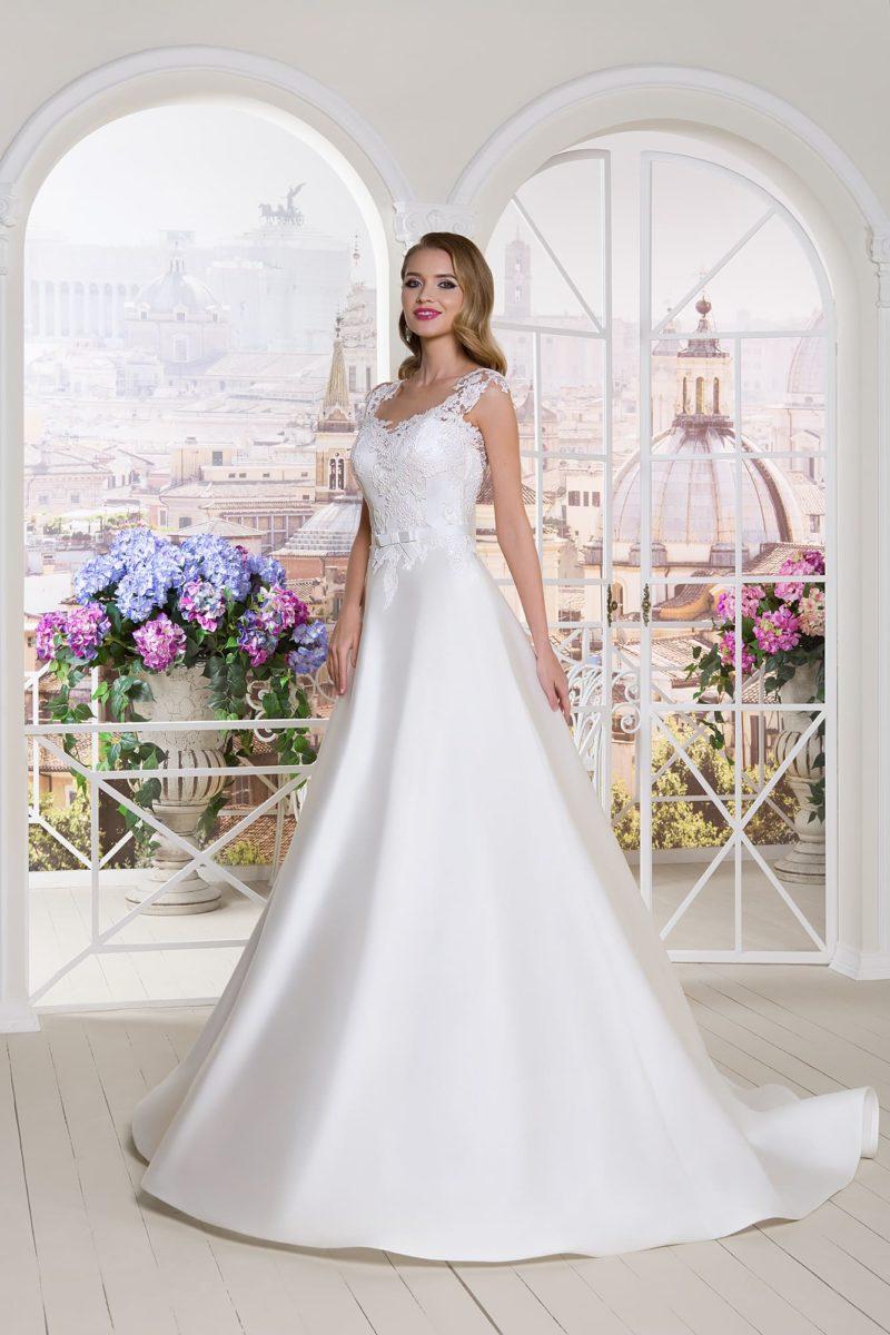 Свадебное платье с кружевным декором верха и атласной юбкой «принцесса».