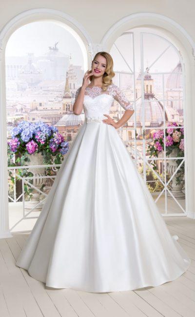 Атласное свадебное платье пышного кроя с кружевным болеро с коротким рукавом.