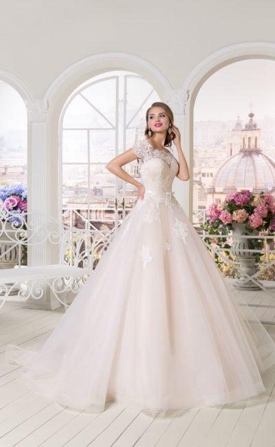 Кремовое свадебное платье пышного силуэта с романтичной ажурной отделкой.