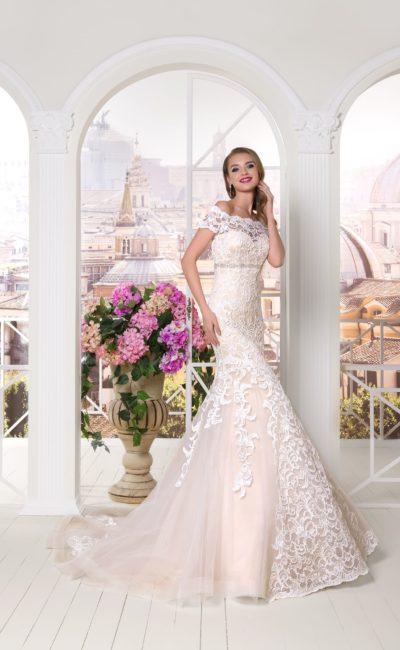 Кремовое свадебное платье «русалка» с крупным кружевным декором и портретным вырезом.