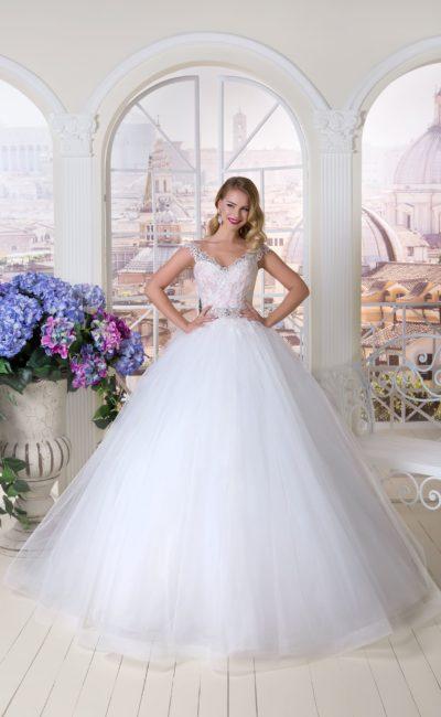 Великолепное свадебное платье пышного кроя с розовым кружевным корсетом.