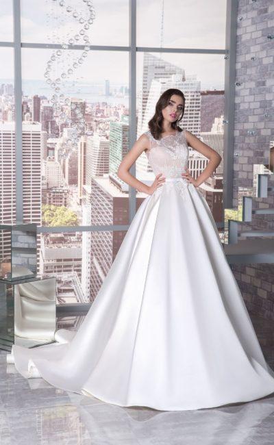 Элегантное свадебное платье с бежевым корсетом и белой юбкой А-силуэта.