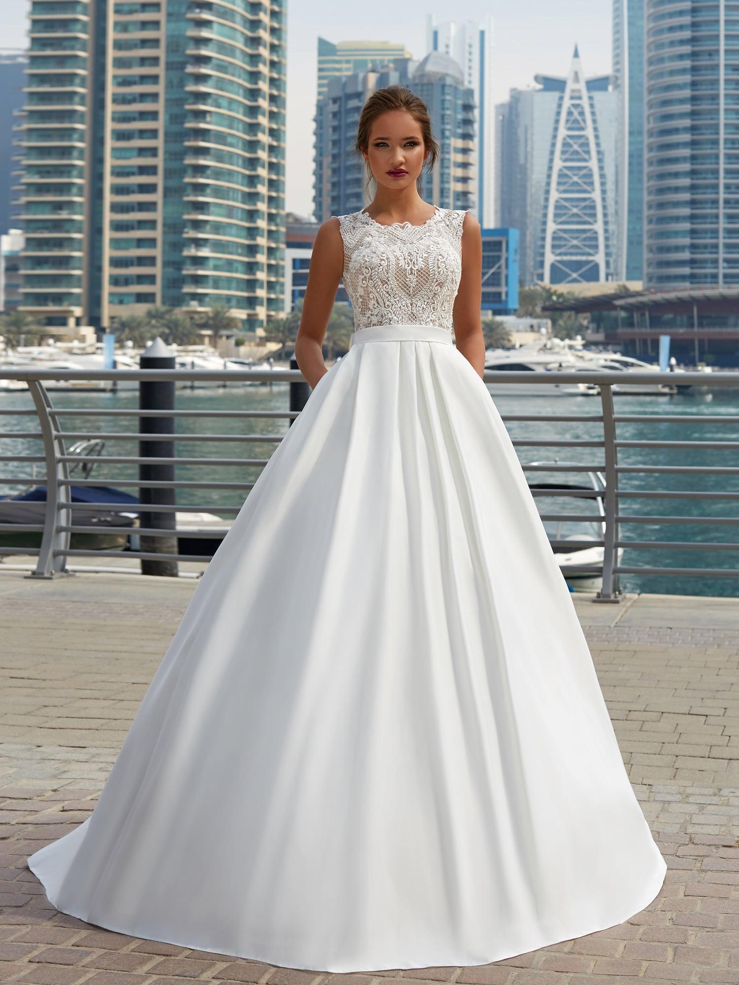 96b12a41b62 Изысканное свадебное платье с закрытым ажурным верхом и юбкой со скрытыми  карманами.