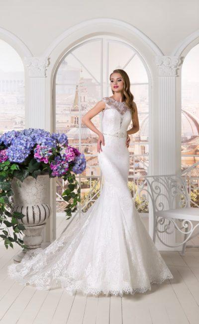 Облегающее свадебное платье с глубоким декольте и тонкой кружевной отделкой.