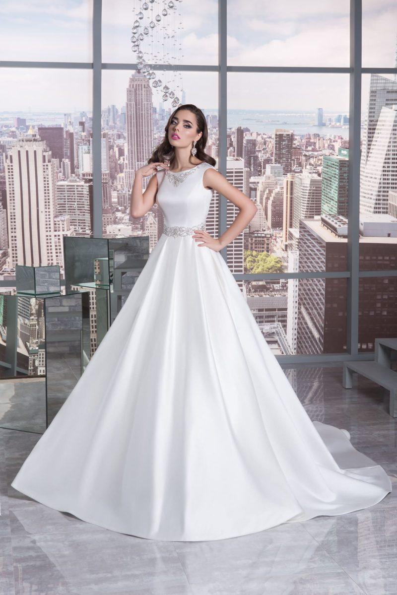 Атласное свадебное платье А-силуэта с бисерной отделкой по лифу и на талии.