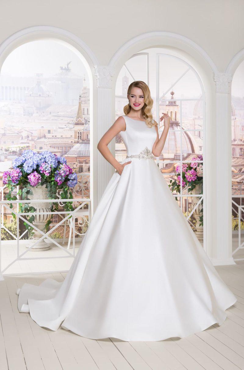 Атласное свадебное платье А-силуэта с бисерной отделкой пояса и вырезом бато.