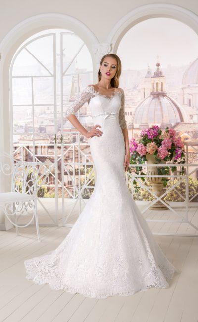 Кружевное свадебное платье «рыбка» с атласным поясом и рукавами до локтя.