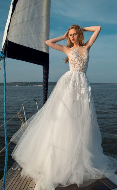 Пляжное свадебное платье с полупрозрачным верхом, покрытым кружевом.