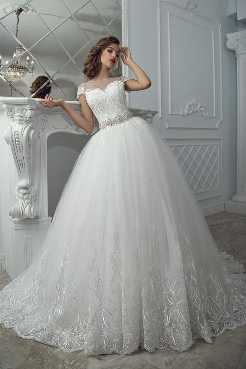 Пышное свадебное платье с бисерной отделкой на поясе и роскошной юбкой с вышивкой.
