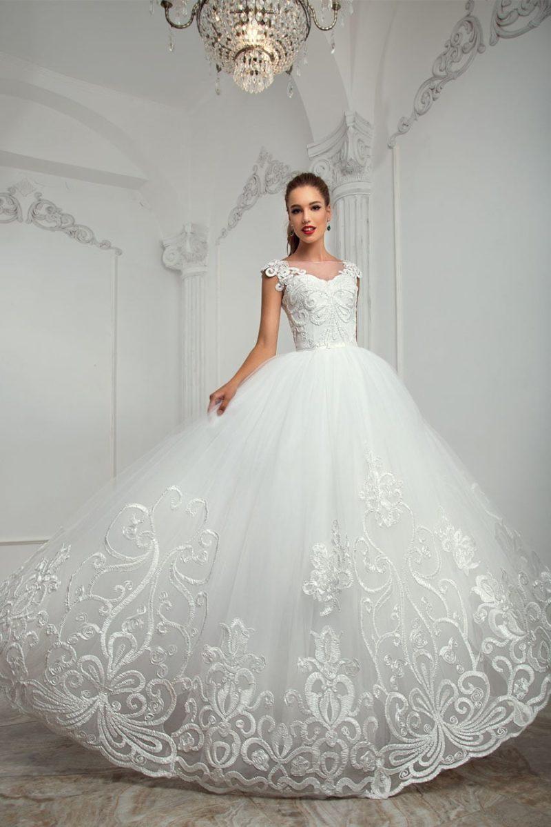 Роскошное свадебное платье с юбкой из тюльмарина и фактурной вышивкой по подолу.