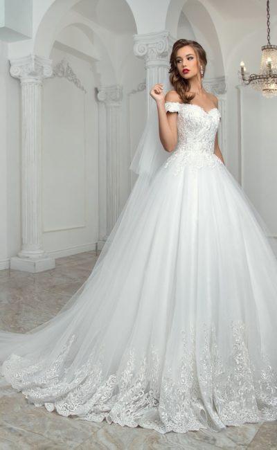 Свадебное платье с пышной юбкой и соблазнительным портретным декольте с бретелями.