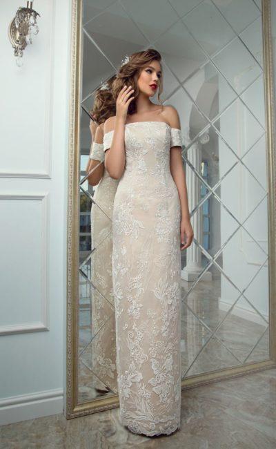 Бежевое свадебное платье с прямой линией выреза и тонким кружевом по всей длине.