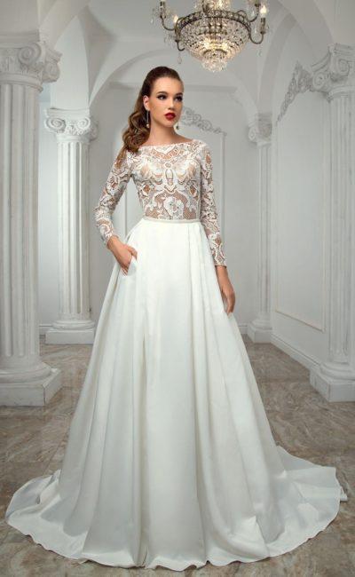 Свадебное платье «принцесса» с атласной юбкой и длинными рукавами из кружева.