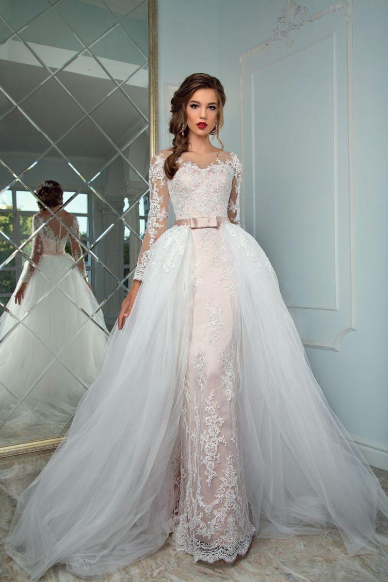 Розовое свадебное платье с пышной верхней юбкой и узким атласным поясом на талии.