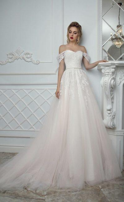 Свадебное платье кремового цвета с открытым декольте в форме сердца и кружевным декором.