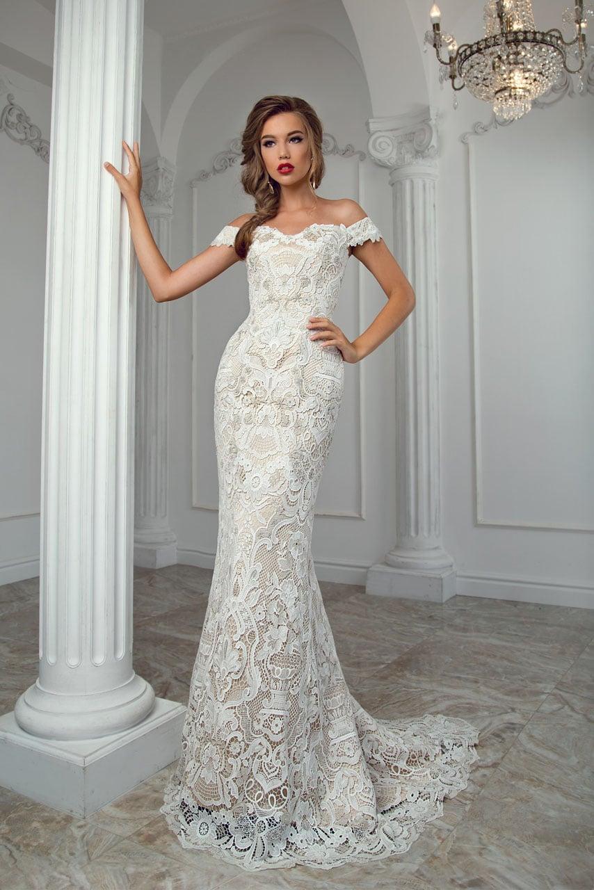 965a98b28abaa77 Кружевное свадебное платье облегающего кроя с многослойной верхней юбкой.