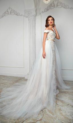 Кружевное свадебное платье облегающего кроя с многослойной верхней юбкой.