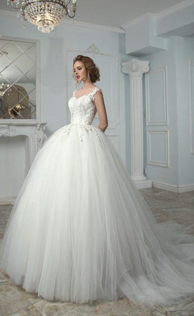 Пышное свадебное платье с прозрачной вставкой на спинке, украшенной пуговицами.