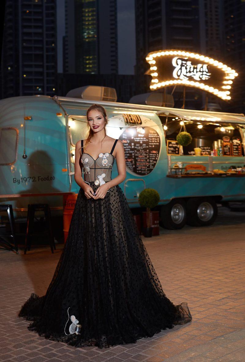Экстравагантное свадебное платье черного цвета с многослойной юбкой в горошек.