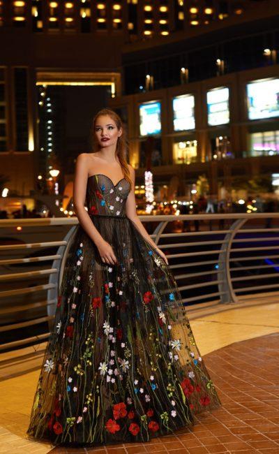 Оригинальное свадебное платье черного цвета с разноцветной вышивкой по юбке.