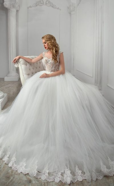 Пышное свадебное платье с кружевным корсетом и многослойным подолом.