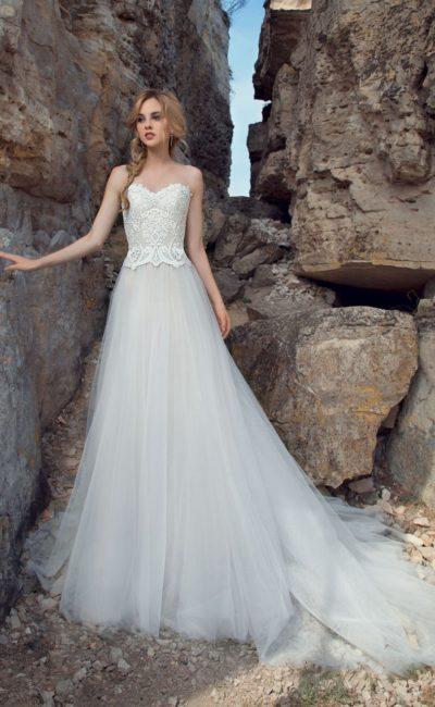 Пляжное свадебное платье с кружевным корсетом и многослойной юбкой из шифона.