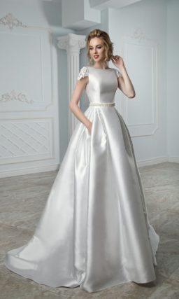 Атласное свадебное платье с закрытым лифом и скрытыми карманами по подолу.