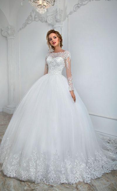 Пышное свадебное платье с длинным полупрозрачным рукавом и глубоким вырезом на спине.