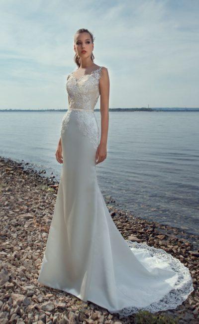 Пляжное свадебное платье с тонкой вставкой сзади и эффектным шлейфом.