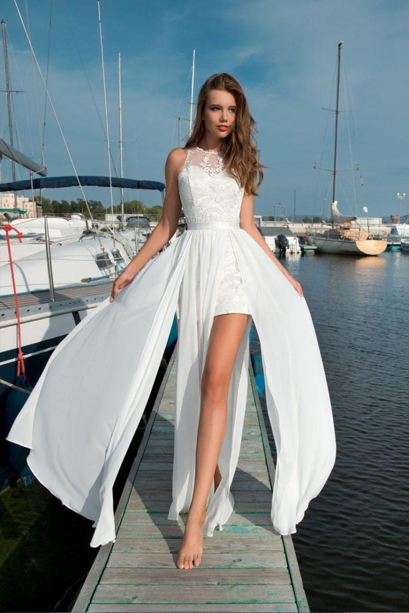 Пляжное свадебное платье с короткой юбкой, элегантным поясом и кружевным верхом.