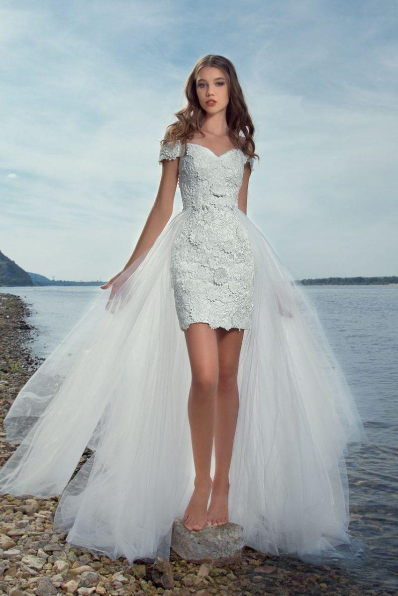 Пляжное свадебное платье с выразительной фактурой и тонкой верхней юбкой.