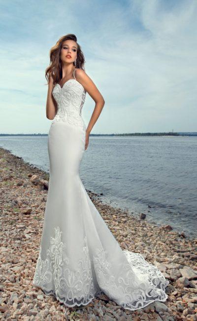 Пляжное свадебное платье с юбкой «русалка» и коротким кружевным шлейфом.