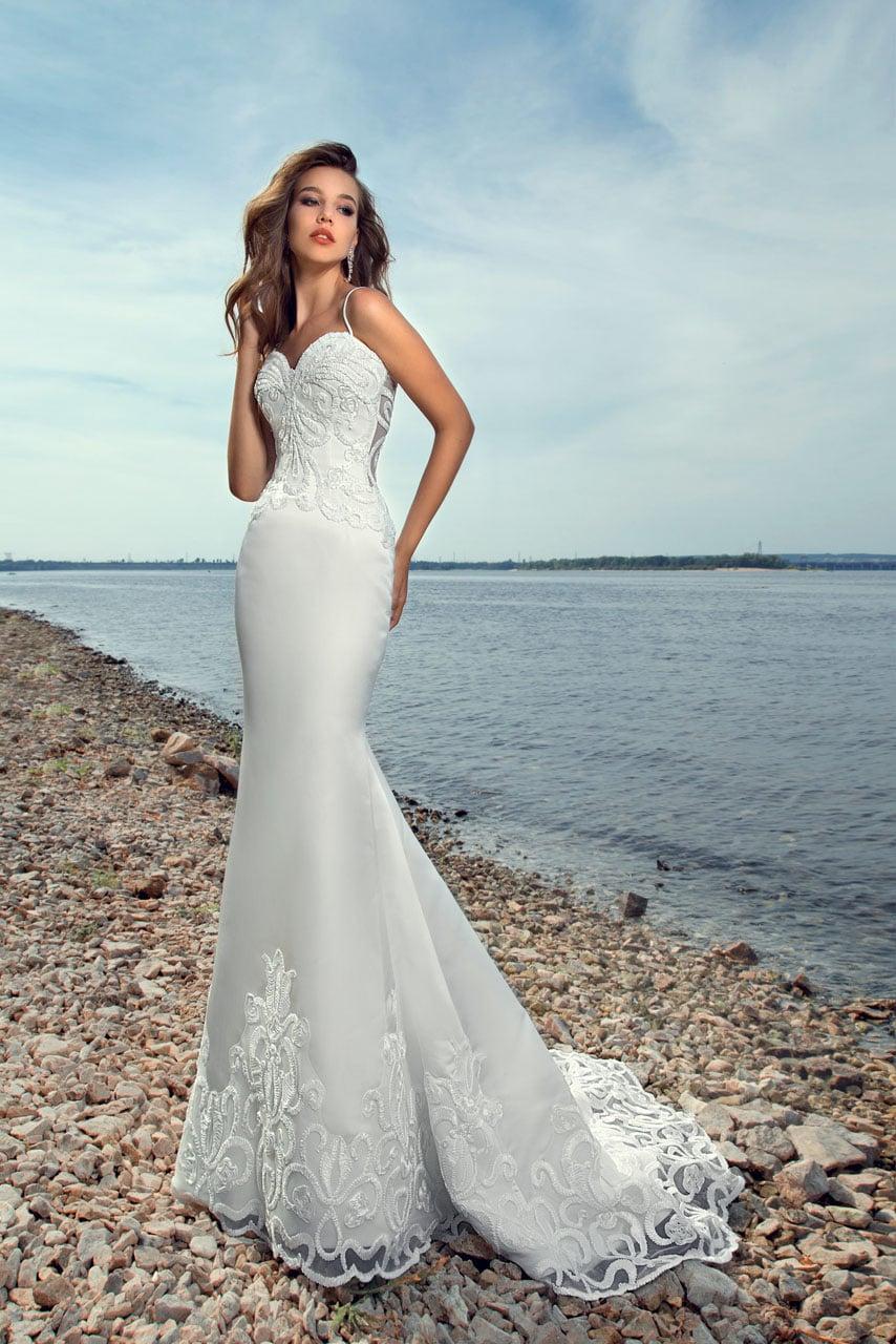 751aecc4a749425 Пляжное свадебное платье с юбкой «русалка» и коротким кружевным шлейфом.