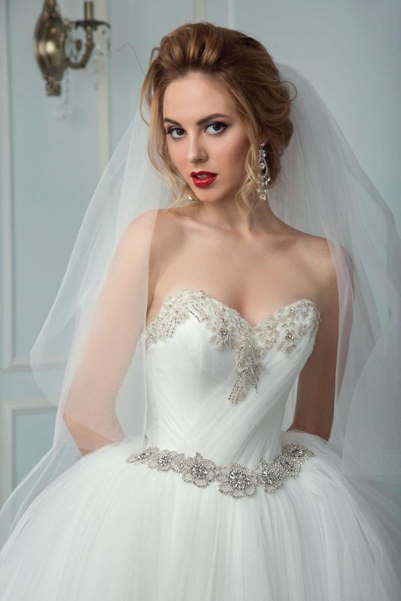 Пышное свадебное платье с сияющей вышивкой на талии и по краю лифа сердечком.
