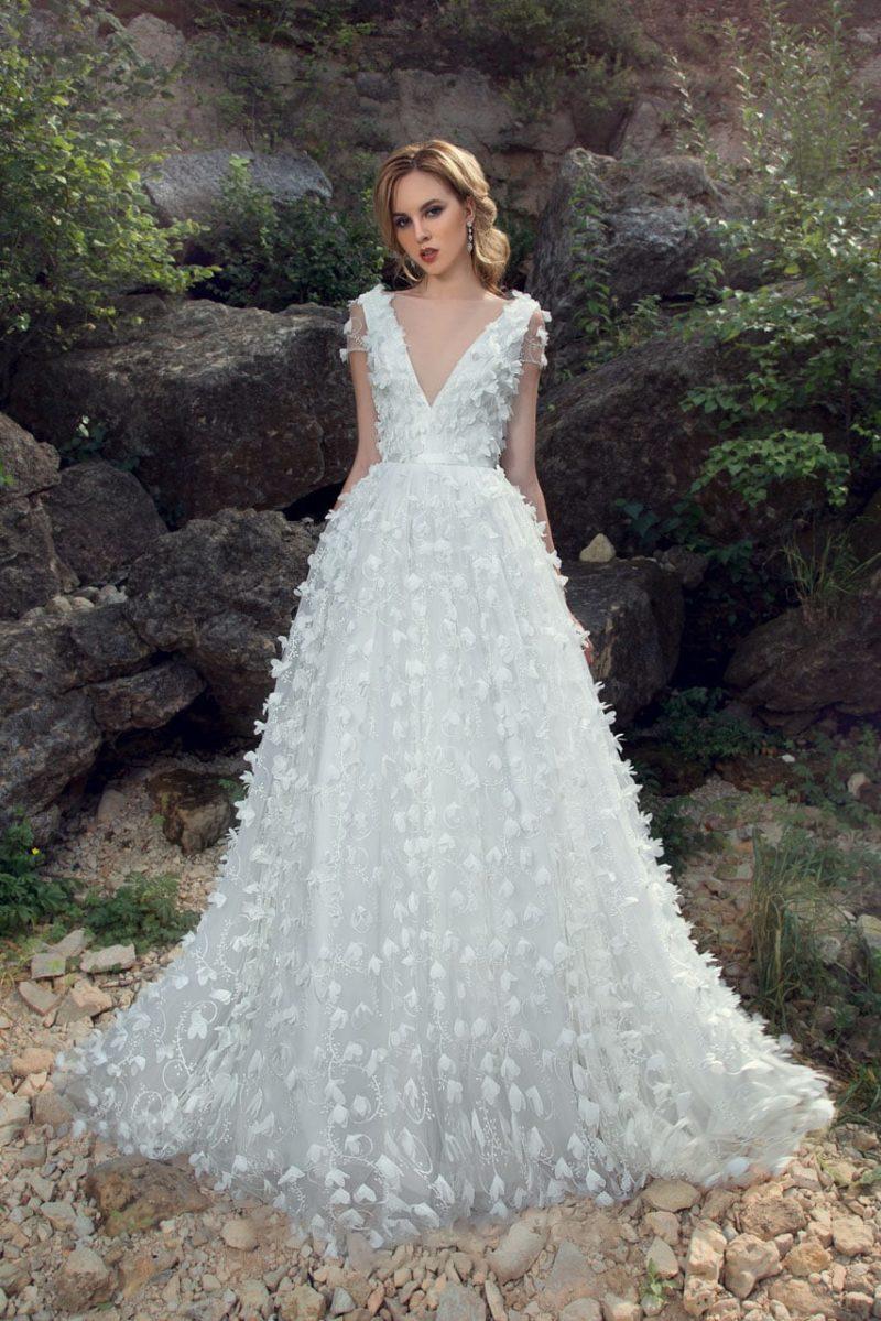 Пляжное свадебное платье пышного кроя, полностью покрытое объемной отделкой.